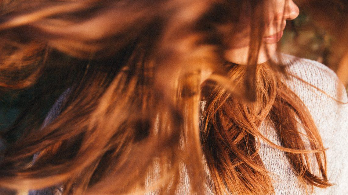 Comment bien attacher ses cheveux fins avec des barrettes ?